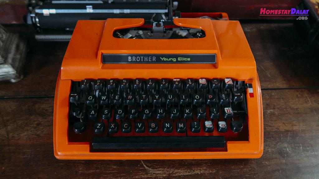 Máy đánh chữ thời xưa ở một căn phòng trong homestay