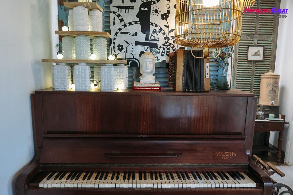 Nhà Của Tre House còn có cả đàn piano