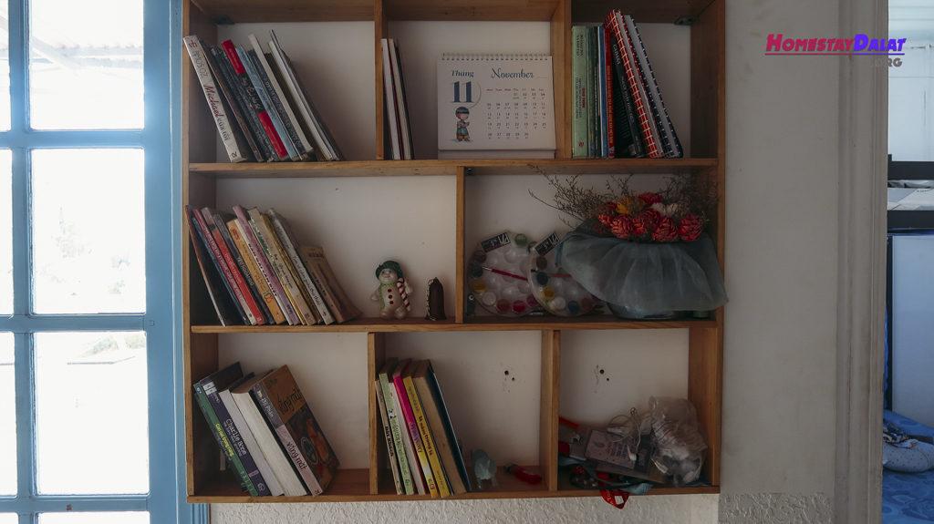 Nhà Nội homestay cũng có tủ sách để mượn đọc