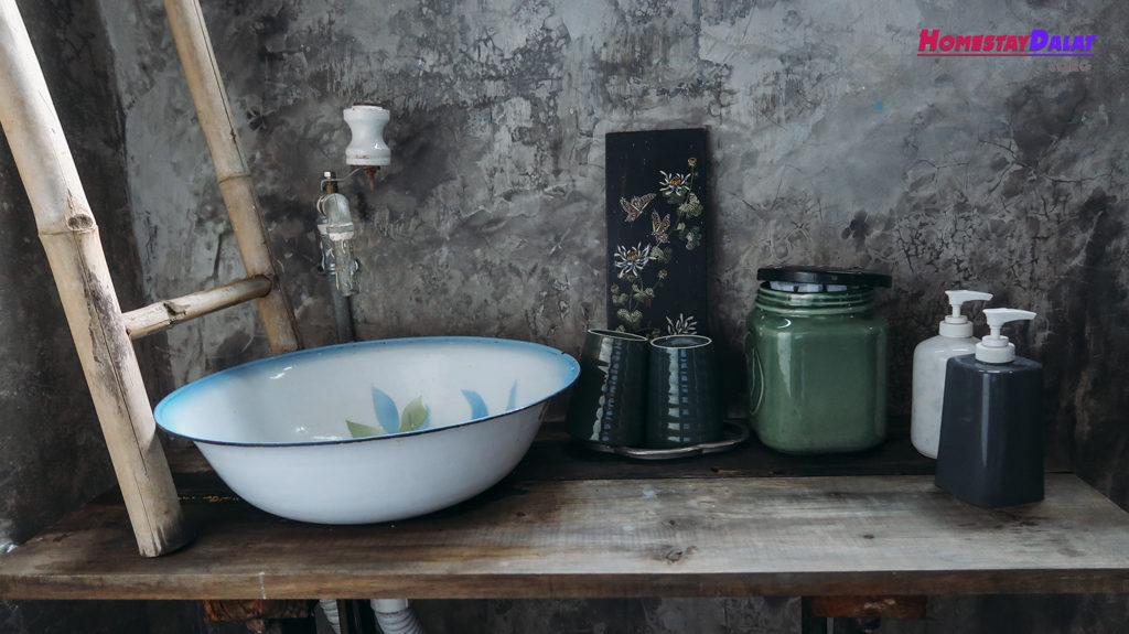 Phòng tắm riêng trang trí nhiều vật dụng Vintage