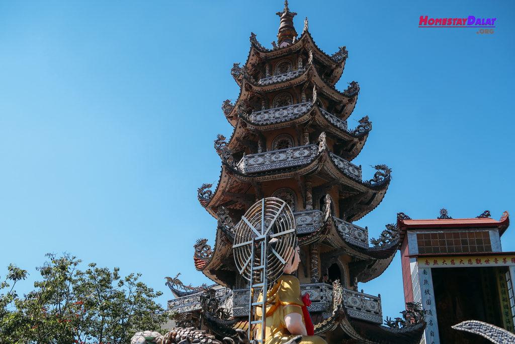 Bảo tháp chùa Ve Chai Linh Phước
