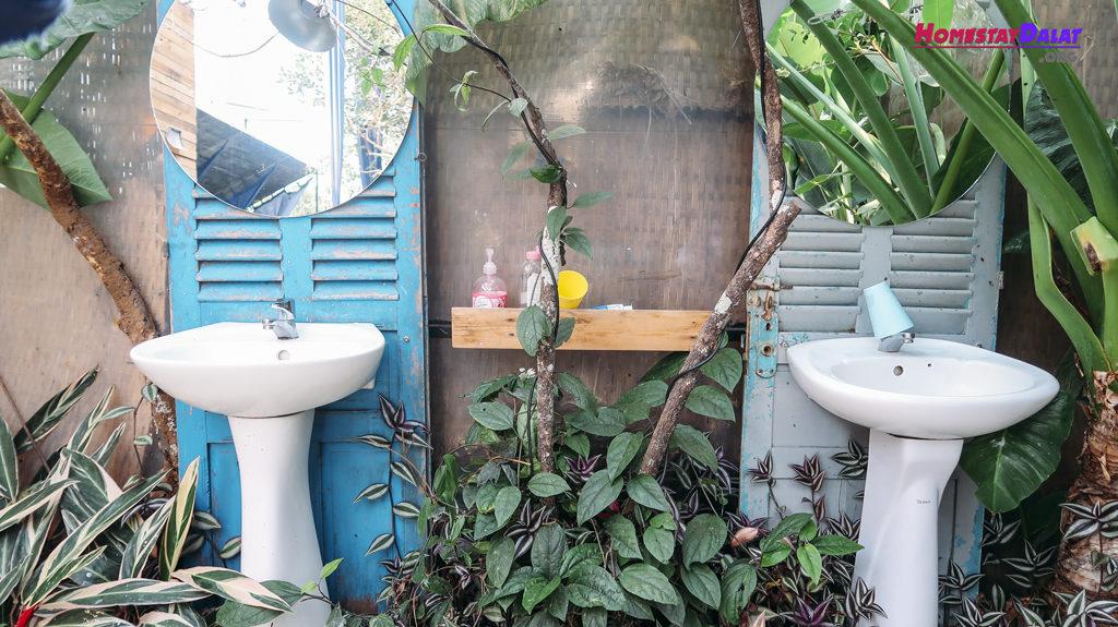 Bồn rửa tay cũng được trồng nhiều cây xanh