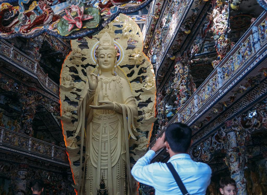 Khách hành hương đến chùa Ve Chai Đà Lạt