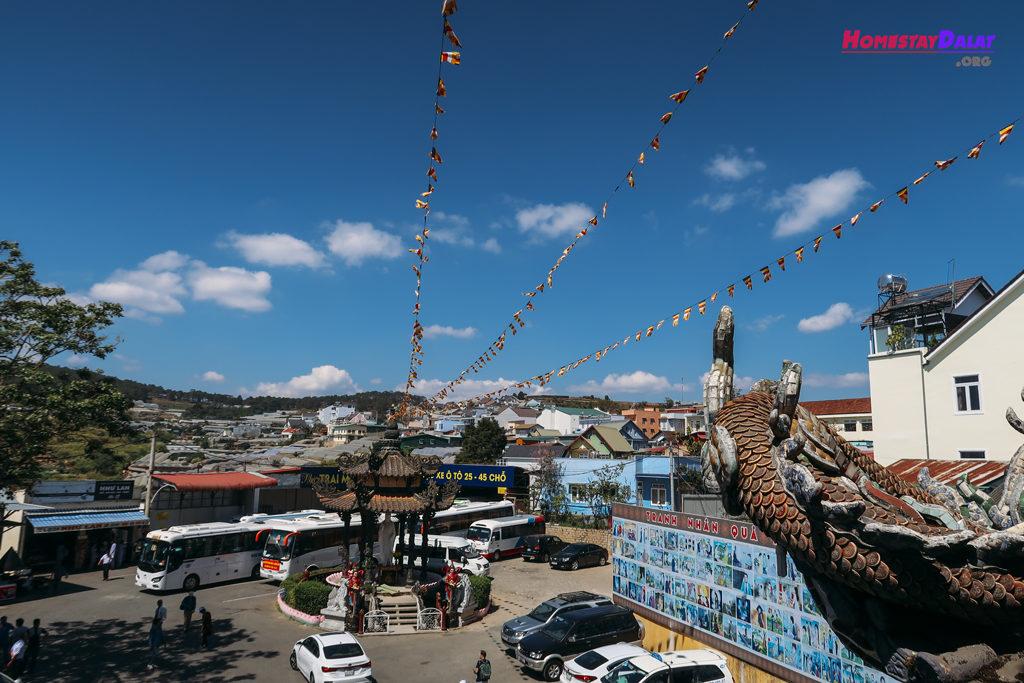 Không gian thoáng mát ở chùa Linh Phước