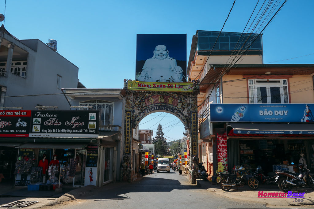 Lối vào chùa Ve Chai Linh Phước