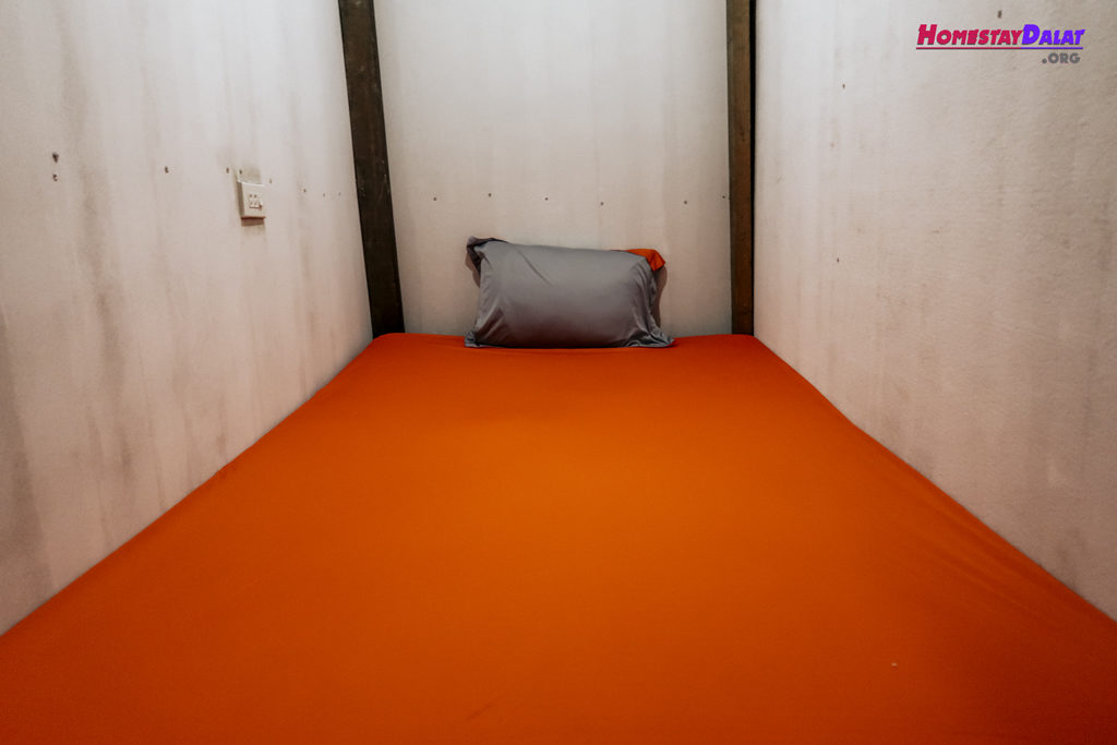 Màu sắc chủ đạo của dorm ở đây là cam và xám