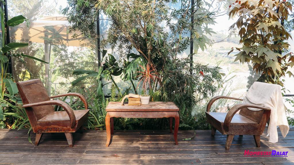 Nơi đây có bộ bàn ghế dành cho khách đọc sách khá đẹp