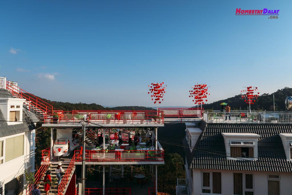 Ngồi ở The Kupid bạn có thể nhìn ra quán cafe xinh đẹp này