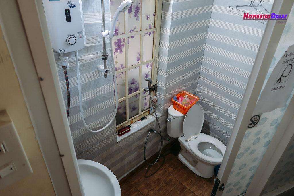 Nhà vệ sinh Together Đà Lạt khá nhỏ