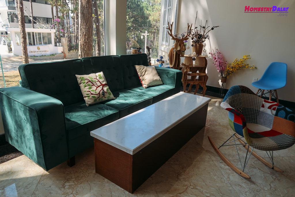Phòng khách được trang bị sofa khá tiện nghi