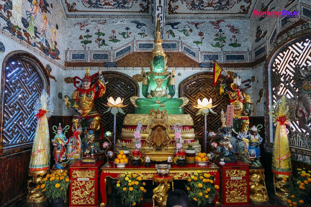 Tượng Phật bằng ngọc ở chùa Ve Chai Linh Phước