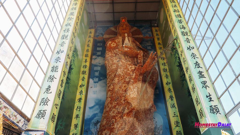 Tượng Phật Quan Âm làm bằng hoa bất tử