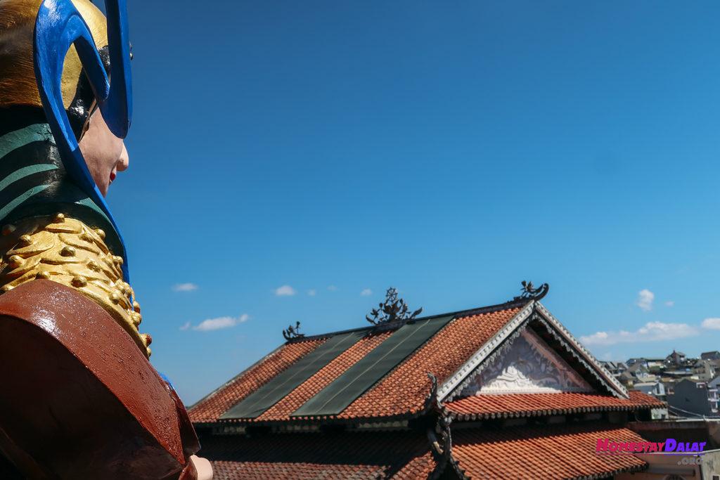 Tượng thần nhìn ra xa ở chùa Ve Chai