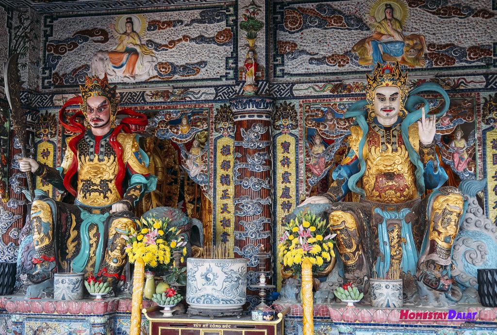 Tượng Thần thờ trong chùa Ve Chai
