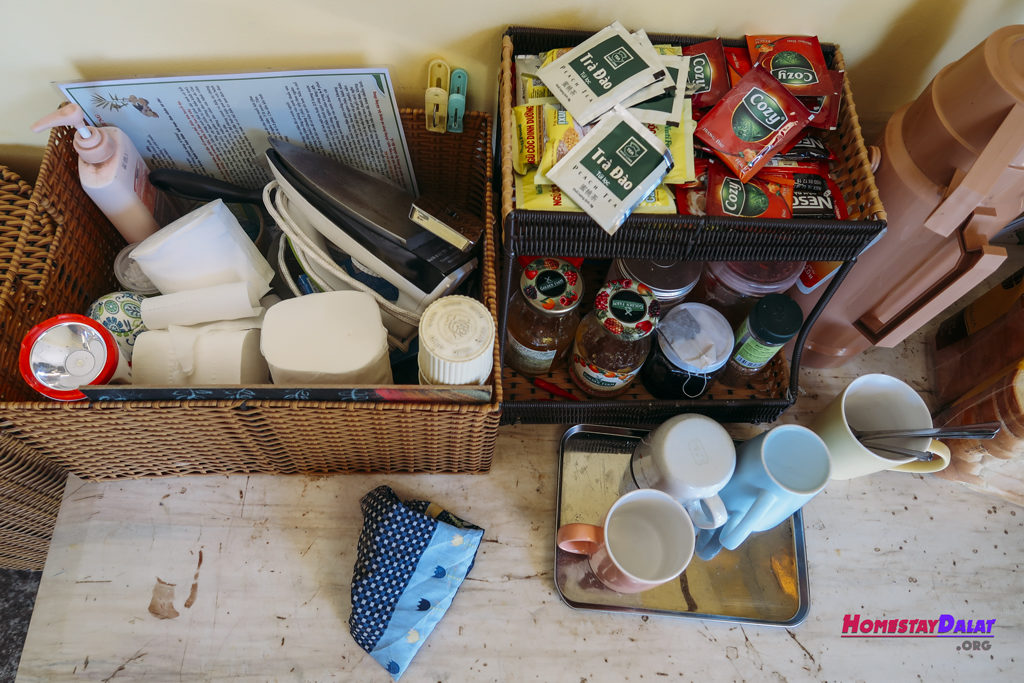 Trà, cafe và bánh mì mứt miễn phí cho khách ở homestay