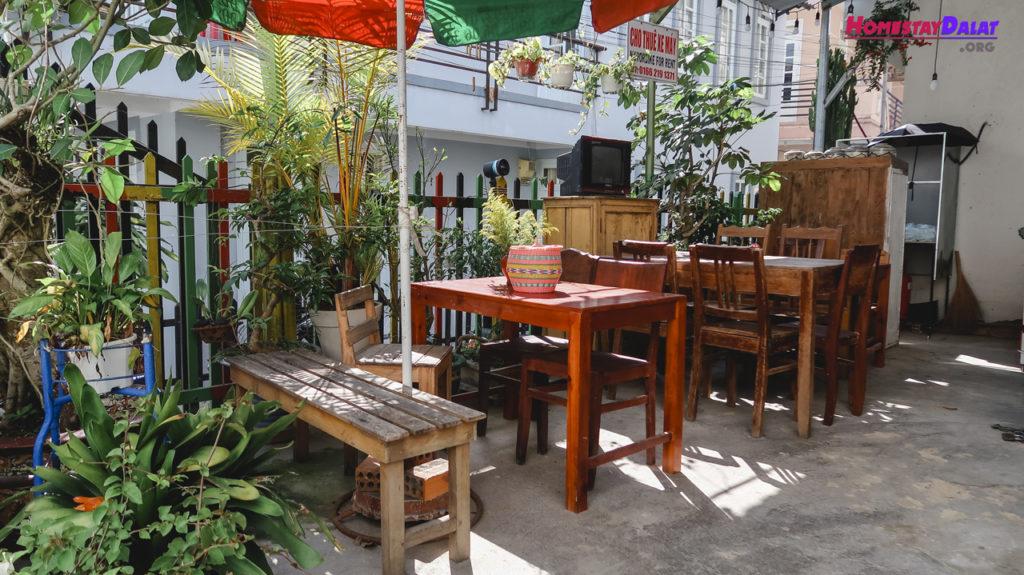 Không gian cafe trước sân Nhà Của Bảo homestay