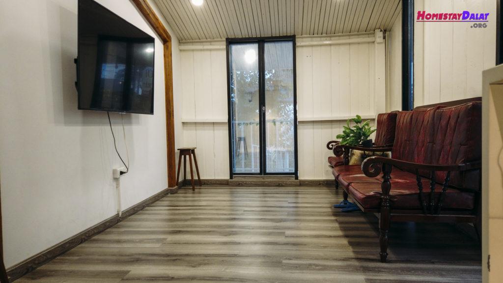 Phòng khách có sofa và tivi tiện nghi