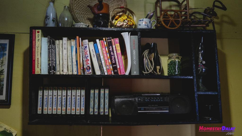Tủ sách với nhiều vật dụng thú vị