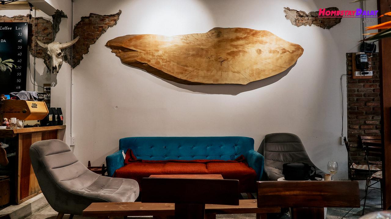 Bên trong quán cafe có ghế sofa êm ái