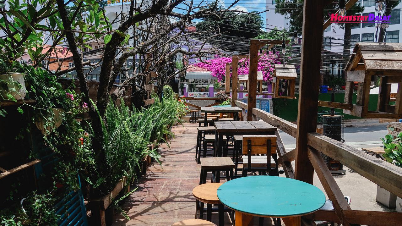 Dãy ghế bên ngoài quán cafe