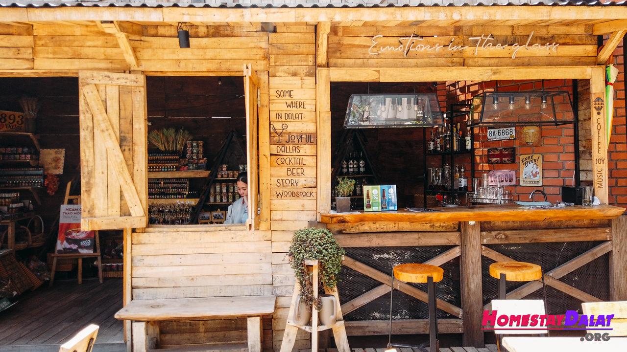 Quán cafe Woodstock có không gian gỗ ngoài trời