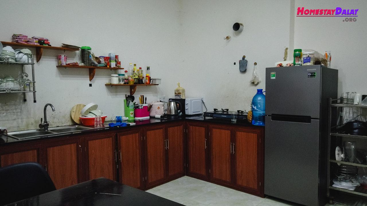 Phòng bếp với đầy đủ dụng cụ và cả tủ lạnh