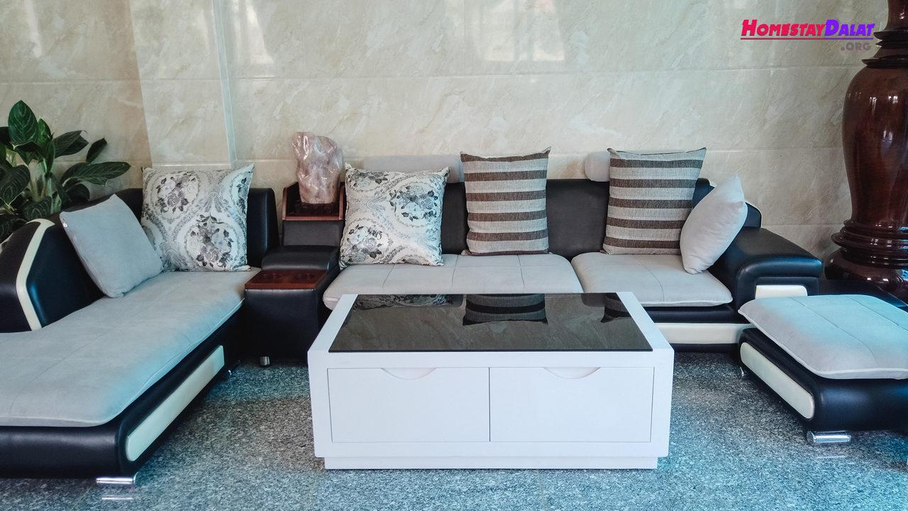 Phòng khách với ghế sofa êm ái